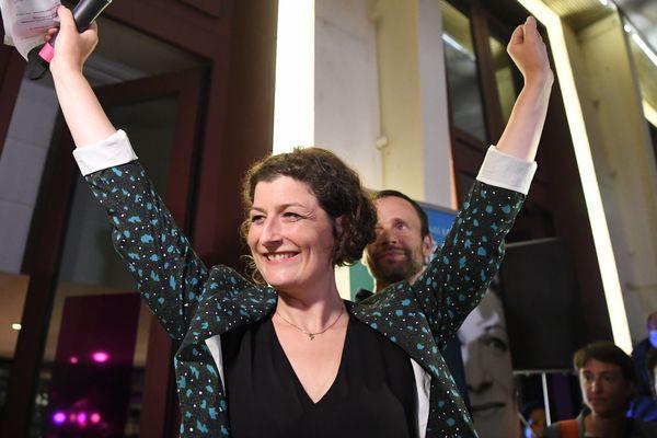 Jeanne Barseghian, fraîchement élue maire de Strasbourg, savoure sa victoire face à ses militants et ses soutiens au café du TNS