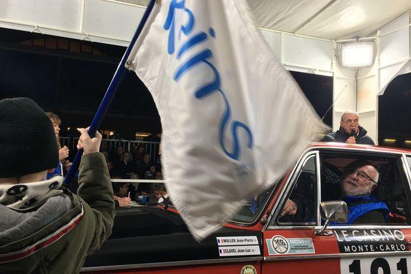 Le départ du 23e rallye Monte Carlo historique à Reims le 31 janvier à 19h. Ici, un concurrent rémois et son petit-fils, qui donne le départ. Moment d'émotion.