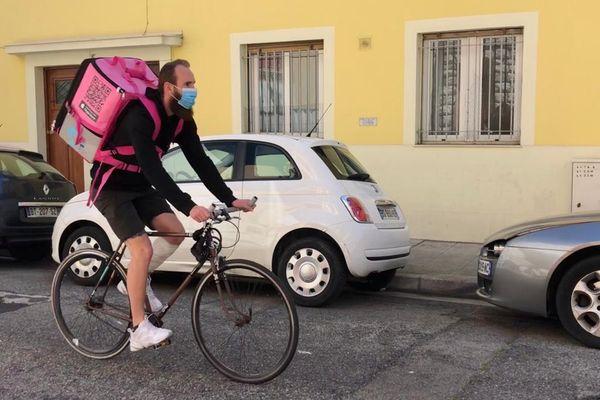 Par le biais de l'application, les livraisons se font en moins de 30 minutes à vélo dans plus d'une vingtaine de villes en France.