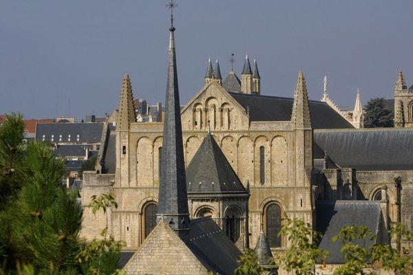 L'eglise Ste-Radegonde et la cathédrale St-Pierre à Poitiers.
