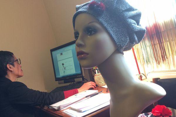 Wassila Kaabi se lance dans la fabrication de coiffes pour remplacer les bonnets chimio.