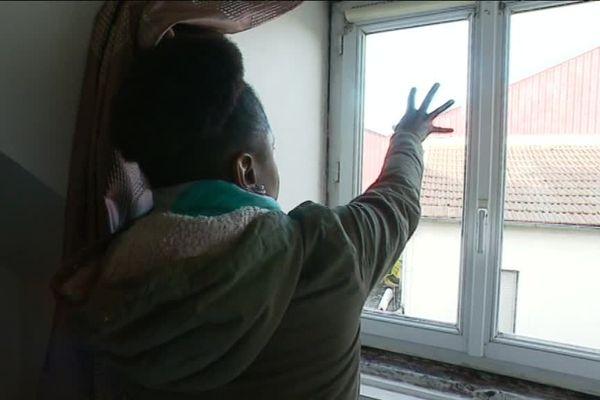 Depuis deux ans, Evaldina et sa famille vivent dans un logement insalubre à Viry-Châtillon.