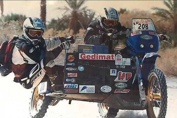Le singe c'est lui: le surnom du copilote en side-car. A gauche sur la photo, Marc-Olivier est ici en plein Paris Dakar.