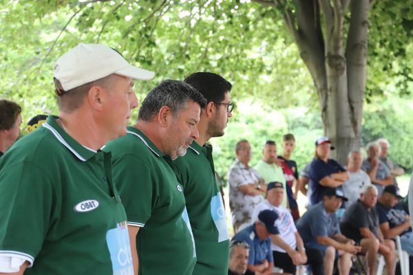 Philippe Quintais regarde le jeu entouré par ses coéquipiers Philippe Suchaud (à gauche) et Tierno (à droite)