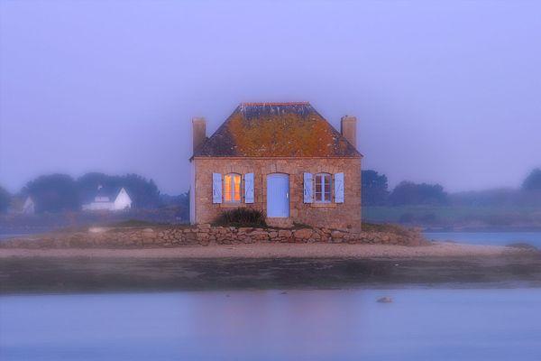 La maison aux volets bleus de Saint-Cado dans la brume - Belz (56)