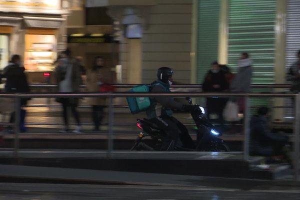 Dans le centre-ville de Montpellier, tensions entre les livreurs à scooter et les riverains.