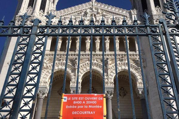 Le 18 mars dernier, la basilique Fourvière était encore partiellement ouverte. Aujourd'hui, les touristes et fidèles ne peuvent plus se rendre à Fourvière en raison des mesures de confinement et de lutte contre le Covid 19