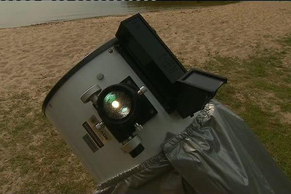 Les télescopes sont déjà installés sur les berges du lac de Carcans pour profiter du spectacle qui va commencer aux alentours de 21h30.