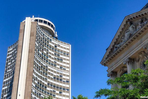 La tour de l'Europe, symbole de l'architecture des années 70, est devenue l'emblème de la ville Mulhouse. A droite, une partie du fronton d'un bâtiment au style plus classique, rue du Sauvage.