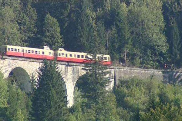 Une ligne de 123 km à travers le Jura, avec de nombreux viaducs, sur laquelle circulent les autorails de l'association  Bourgogne-Franche-Ccomté sur les viaducs de Morez.