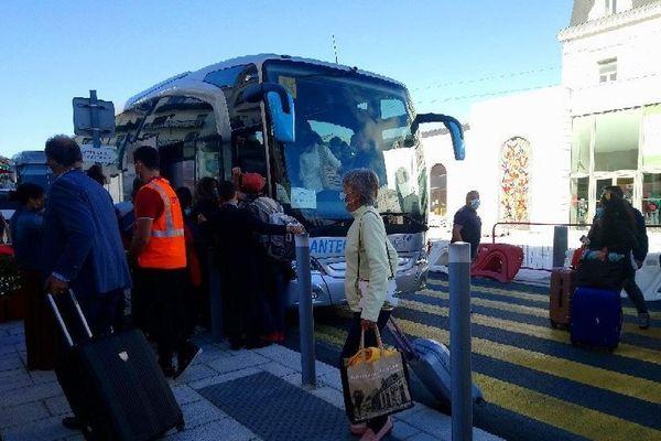 Les 445 passagers du TGV 8446 bloqués dans la nuit de dimanche à lundi sont acheminés par bus vers Bordeaux.