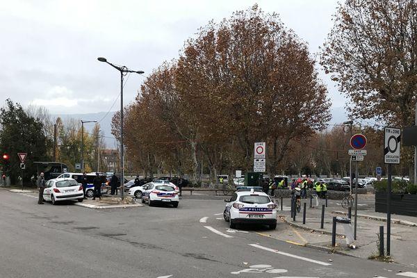 Les forces de l'ordre sont aussi présentes pour encadrer la manifestation