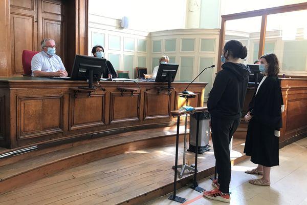 """Le """"faux prévenu"""" à la barre : Jimmy, 17 ans, est jugé pour violence avec usage d'une arme. Son rôle est joué par un élève de la classe de théâtre du lycée Marc-Chagall de Reims, le 11 juin 2021."""