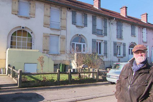Roland Marcuola dans son quartier d'enfance de Sérémange-Erzange en février 2020.