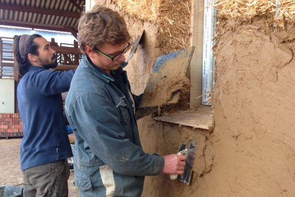 Depuis trois jours, les stagiaires apprennent à conduire des maisons bien isolées avec de la paille et de la terre.