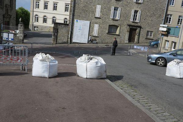 """Près de la salle Marcel Hélie, un agent de sécurité filtre le passage entre les sacs """"anti-intrusion"""""""
