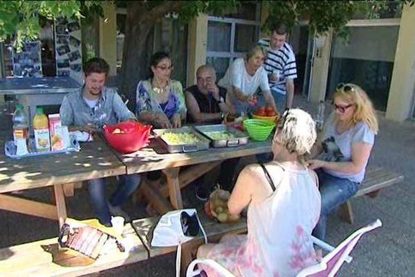 Travailleurs sociaux et résidents prennent le petit déjeuner tous ensemble.