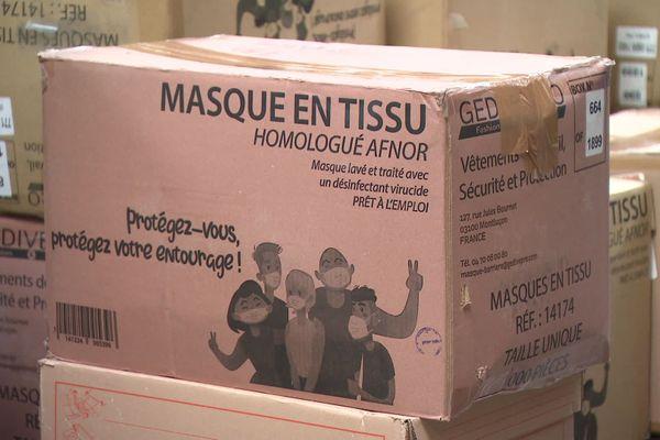 L'un des cartons de masques en tissu prévus pour les collégiens de la Somme