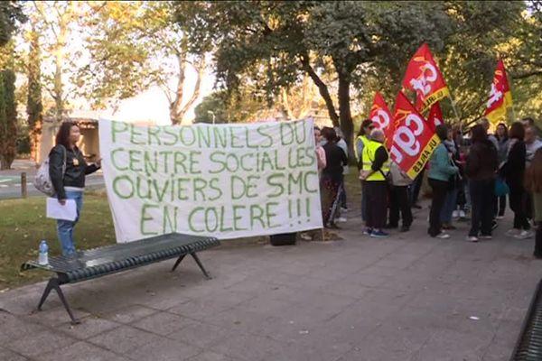 devant le centre social les oliviers à St Martin de Crau, une déléguation va être reçue par la direction