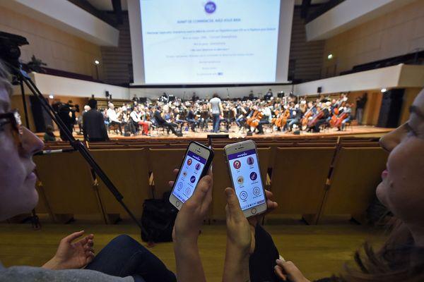 Les spectateurs influent sur le jeu de l'ONL via une application sur leurs smartphones.