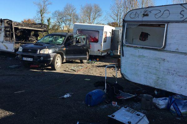 Le camp de Roms ravagé par les flammes dimanche 1er décembre est désert ce lundi matin.