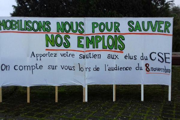 Les salariés de l'entreprise ont déployé une banderole devant le site pour appeler aux soutiens.