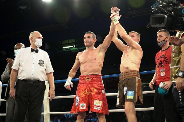 Fair-play, Maxime Beaussire félicite Matteo Signani pour sa victoire.