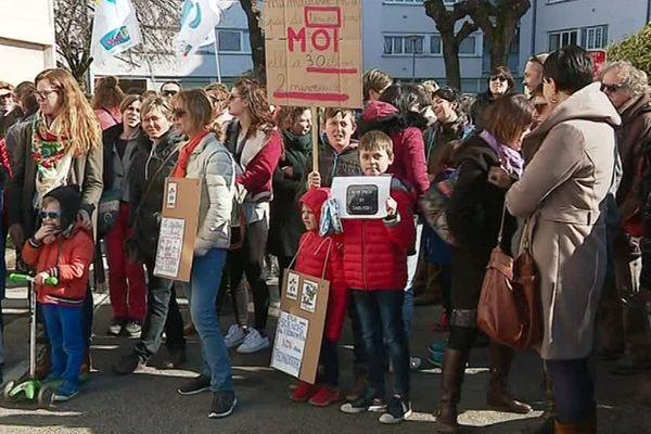 Parents d'élèves et syndicats devant la permanence de la député LREM Fannette Charvier à Besançon.