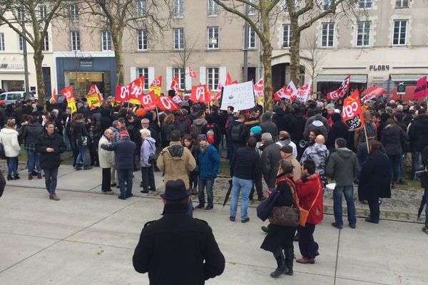 300 à 400 personnes se sont rassemblées cet après-midi à la Roche sur Yon pour manifester contre le projet de loi travail.