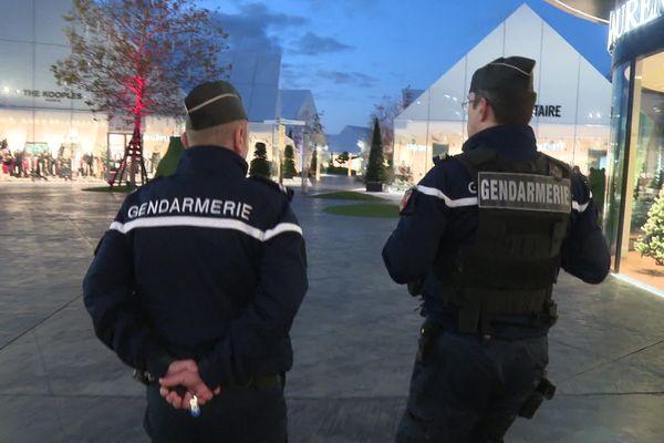 Les gendarmes en patrouille au Village des marques à Villefontaine