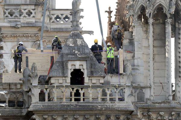"""Notre-Dame de Paris : la ministre de Travail Muriel Pénicaud annonce à Marseille un """"chantier de France"""" pour former des artisans."""