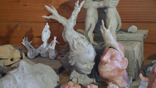 Sculptures de Mako Moya en cours de séchage avant cuisson