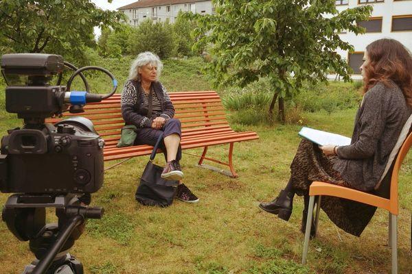 Mélissa Foliguet, travailleuse sociale à l'Agora, récolte la parole de Marie-Claude P., une des résidentes.