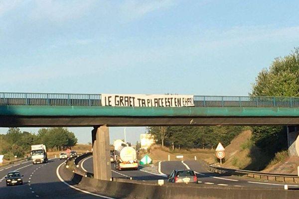 Lundi 13 juillet, des supporters de l'Amiens SC ont accroché des banderoles sur la rocade qui contourne la ville.