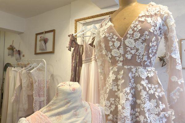 Pour que la robe de mariée rentre dans le budget de 3.000 euros, Hélène Lequertier va jouer sur la matière. Sa partenaire, Faty Koenig, elle va privilégier les produits locaux et de saison pour élaborer un menu.