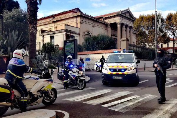 L'arrivée à la cour d'assises des Pyrénées-Orientales des accusés, sous forte escorte : soupçonnés de racket, la plupart pourraient appartenir au milieu du grand banditisme. Perpignan le 18/11/2019