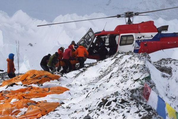 Une violente réplique de magnitude 6,7 a secoué ce dimanche le Népal, au lendemain d'un séisme dévastateur qui a fait plus de 2.000 morts dans le pays himalayen et chez ses voisins.