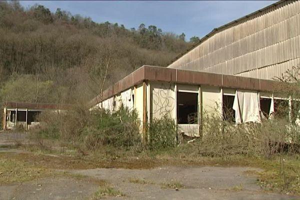 L'usine du Plafond appartenait au groupe Felma Technologie. Depuis sa fermeture, les bâtiments appartient aux collectivités locales qui ont hérité d'un vrai cadeau empoisonné.