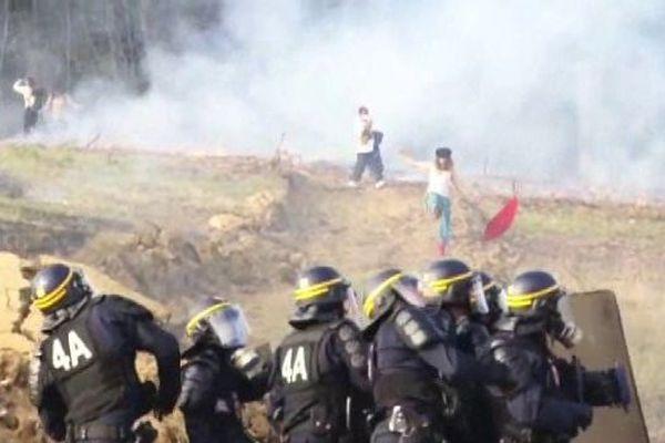 Face à face entre force de l'ordre et opposants au barrage de Sivens, dans le Tarn le 29.09.14