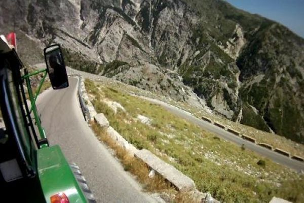 Le tracteur de Bernard et Daniel sur les routes de Grèce