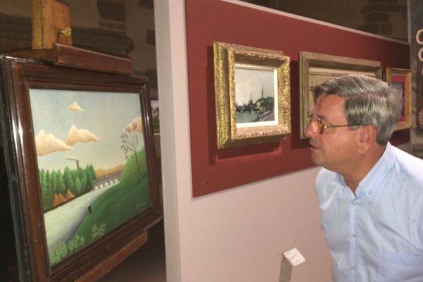 """""""Paysage avec pêcheur"""" , le tableau offert au musée de Laval sous les yeux de Didier Pillon, adjoint au maire en charge de la culture"""