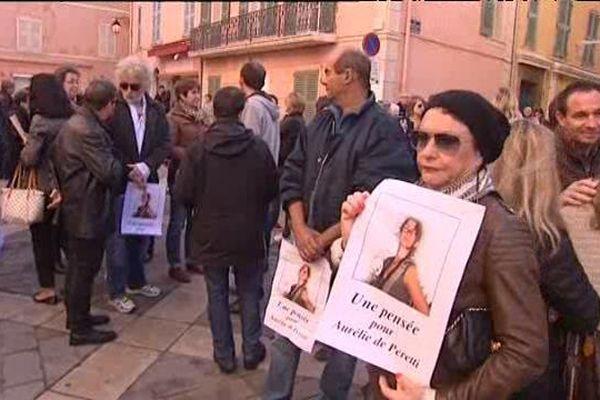 Les habitants se sont rassemblés ce matin sur le parvis de l'hôtel de ville de Saint-Tropez pour rendre hommage à l'enfant du pays abattu au Bataclan vendredi soir.