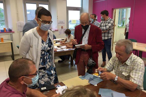 Christine Bouquin, présidente du conseil départemental du Doubs, en train d'assister au dépouillement à Charquemont pour le premier tour des élections de 2021