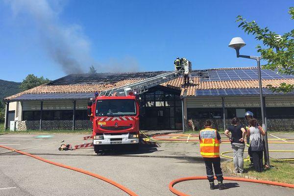 Le feu a pris à l'étage et s'est propagé vers le toit