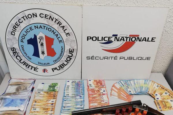 Lors de leur perquisition à Perpignan, les enquêteurs de la brigade des stupéfiants du commissariat de police de Perpignan  ont saisi 100 grammes d'héroïne, 50 grammes de cocaïne et 11 000 euros en espèces.
