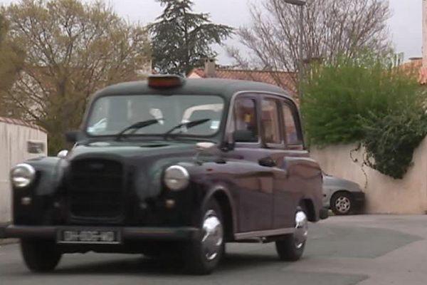 Le taxi anglais dans les rues de Juvignac dans l'Hérault - Avril 2018