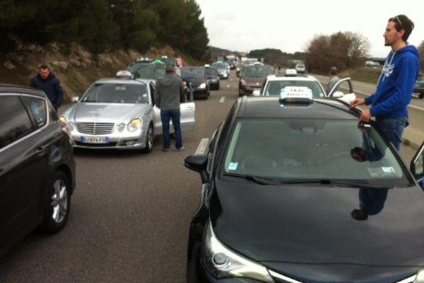 Les taxis sont partis en cortège vers Gardanne, où est attendu le ministre de l'économie, Emmanuel Macron.