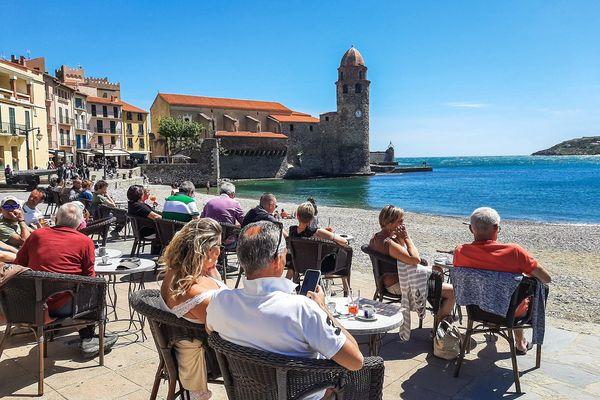 Des touristes en terrasse à Collioure.