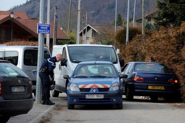 Les policiers devant le domicile du suspect qui devra répondre d'un trafic d'armes illicite