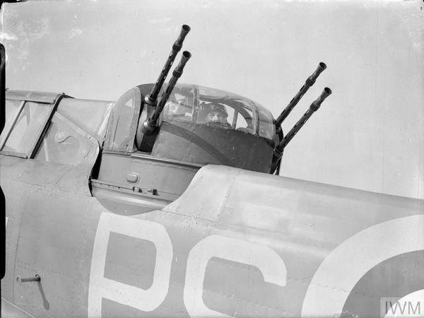Un mitrailleur du 264 Squadron à son poste, dans la tourelle d'un Defiant.